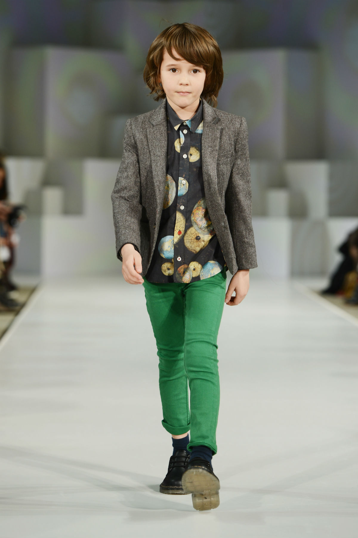 <span>Muy cool el look de Paul Smith Junior, con chupines de color intenso, camisa estampada y blazer espigado.</span></p>